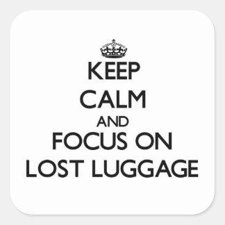 Sticker Carré Gardez le calme et le foyer sur le bagage Lost