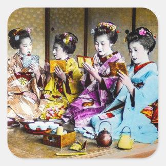 Sticker Carré Geisha vintage vérifiant leur maquillage au thé