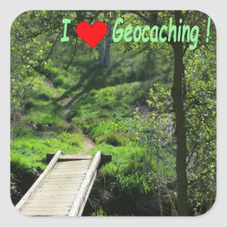Sticker Carré Geocaching : Pont en bois et chemin dans la forêt