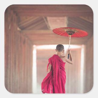 Sticker Carré Moine bouddhiste avec le parapluie rouge