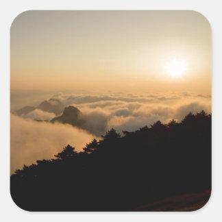 Sticker Carré Scène de coucher du soleil dans une montagne de la