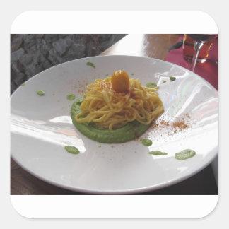 Sticker Carré Spaghetti avec le bottarga sur la sauce à asperge