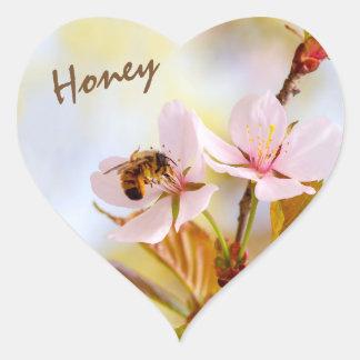 Sticker Cœur Abeille sur une fleur de cerise