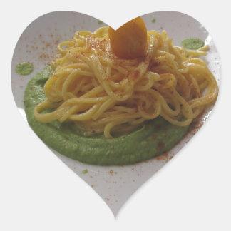 Sticker Cœur Spaghetti avec le bottarga sur la sauce à asperge