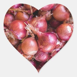 Sticker Cœur Tas des oignons rouges sur le marché