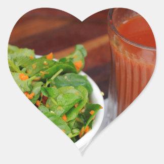 Sticker Cœur Tomate de carotte de gingembre préparant la salade