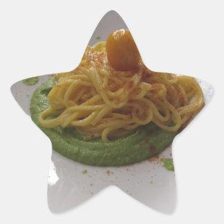 Sticker Étoile Spaghetti avec le bottarga sur la sauce à asperge