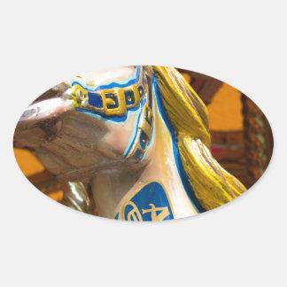 Sticker Ovale Cheval de carrousel sur le joyeux goround