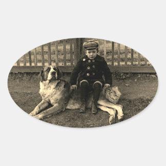 Sticker Ovale garçon de 1890's s'asseyant sur la photographie de