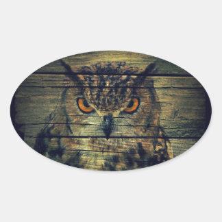 Sticker Ovale Hibou de huée éffrayant d'oiseau sauvage gothique