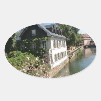 Sticker Ovale Maison pittoresque avec des fleurs et des canaux,