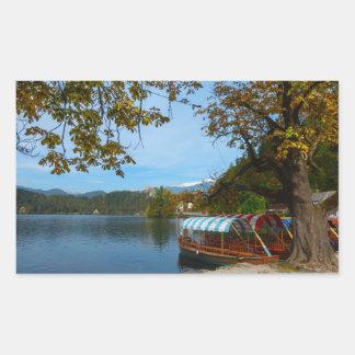 Sticker Rectangulaire Bateaux de touristes dans le lac saigné en automne