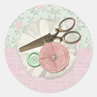 Sticker Rond Ciseaux et bouton de couture chics minables de