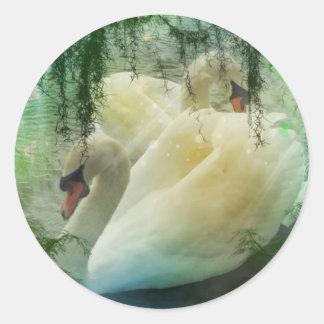 Sticker Rond Cygnes blancs de natation de lac romantique