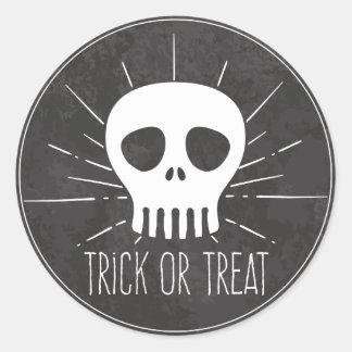 Sticker Rond Des bonbons ou un sort. Crâne éffrayant