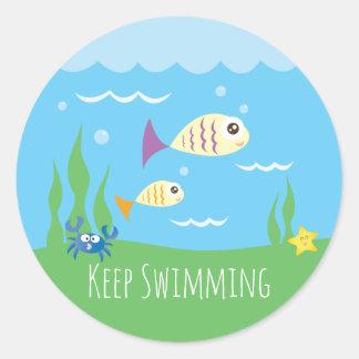Sticker Rond Drôle continuez juste à nager les poissons