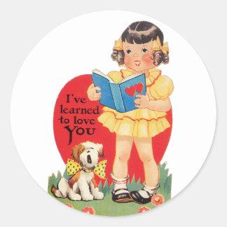 Sticker Rond Fille antique de Valentine avec le chiot