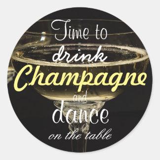 Sticker Rond Heure de boire le champagne et la danse sur la