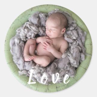 Sticker Rond Image nouveau-née de photo de bébé d'amour de