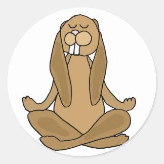Sticker Rond Lapin de zen d'amusement dans la pose de yoga