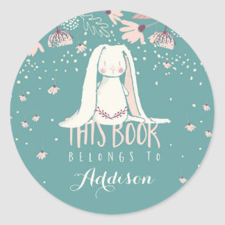 Sticker Rond Le lapin et les fleurs blancs ce livre appartient