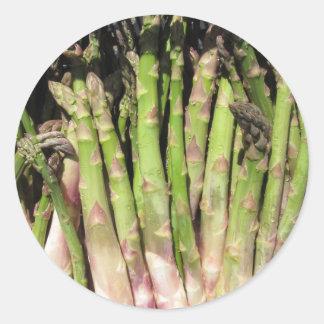 Sticker Rond Main fraîche d'asperge sélectionnée du jardin