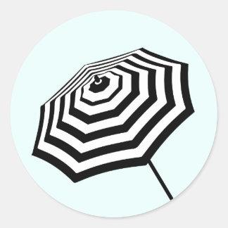 Sticker Rond Menthe rayée chic de logo de parapluie de plage