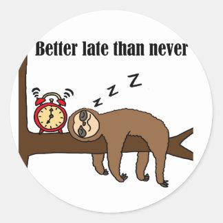 Sticker Rond Mieux vaut tard que jamais paresse drôle