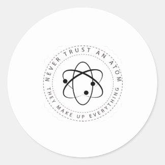 Sticker Rond Ne faites jamais confiance à un atome, ils