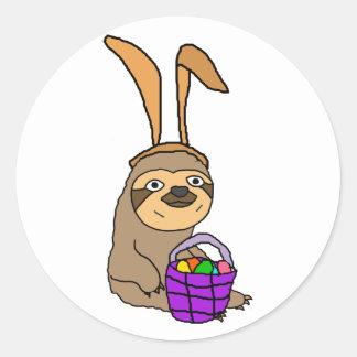 Sticker Rond Paresse drôle utilisant des oreilles de lapin de