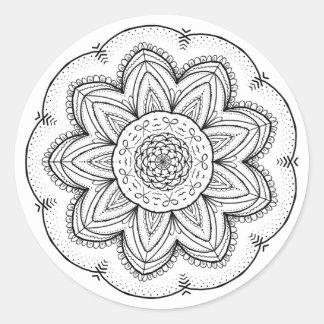 Sticker Rond Rond noir et blanc de mandala tiré par la main de