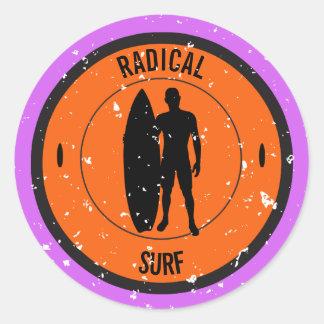 Sticker Rond Silhouette d'un surfer et d'une planche de surf