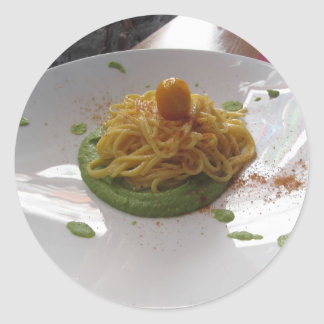 Sticker Rond Spaghetti avec le bottarga sur la sauce à asperge