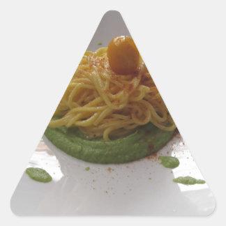 Sticker Triangulaire Spaghetti avec le bottarga sur la sauce à asperge