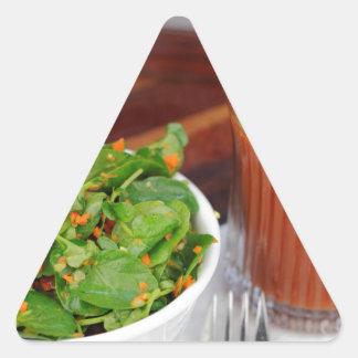 Sticker Triangulaire Tomate de carotte de gingembre préparant la salade