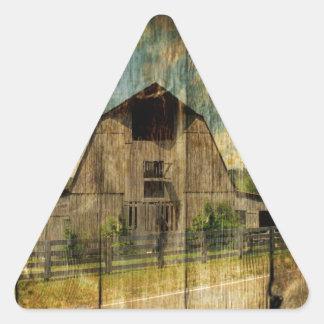 Sticker Triangulaire Vieille grange primitive en bois affligée de pays