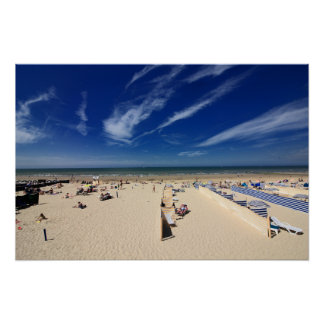 Sur la plage, ciel bleu poster