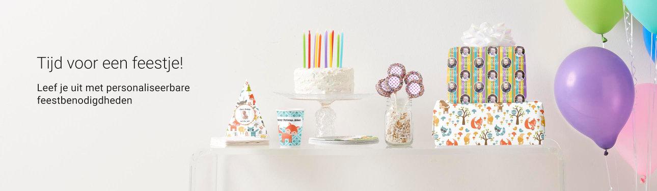 Laat het feest beginnen! Personaliseer feest essentials zoals papieren hoedjes, bekers en borden en meer.. Party on!