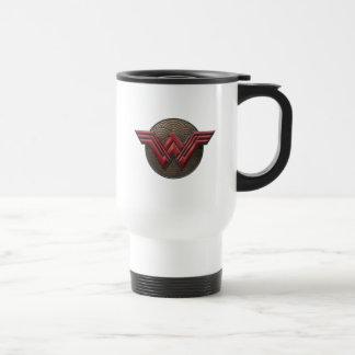 Symbole de femme de merveille au-dessus des mug de voyage