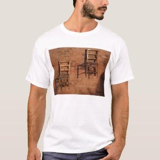 T de base avec des chaises sur le mur t-shirt
