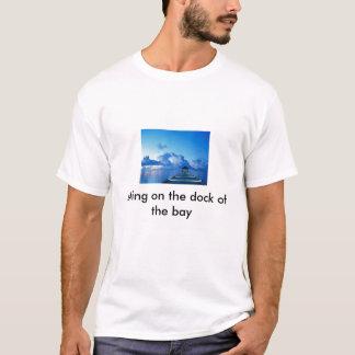 T-shirt Accouplez, en se reposant sur le dock de la baie