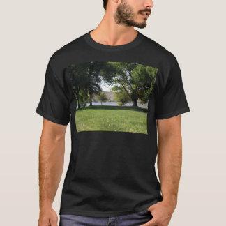 T-shirt Arbres par le lac avec la pelouse