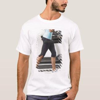 T-shirt Basse section de femme marchant sur le tapis