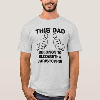 T-shirt Ce papa appartient pour écrire des noms d'enfants