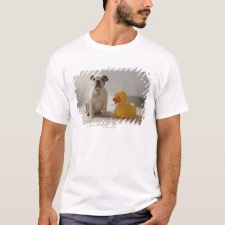T-shirt Chien sur le tapis avec le canard en plastique