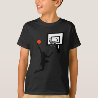 T-shirt Chiffre de basket-ball faisant un Layup