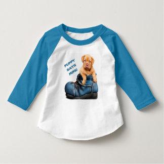 T-shirt Chiot mignon dans une longue pièce en t de douille