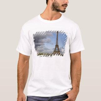 T-shirt ciel dramatique derrière Tour Eiffel