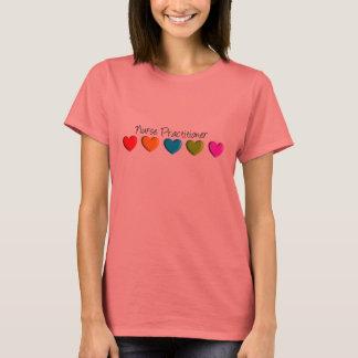 T-shirt Coeurs colorés de praticienne d'infirmière
