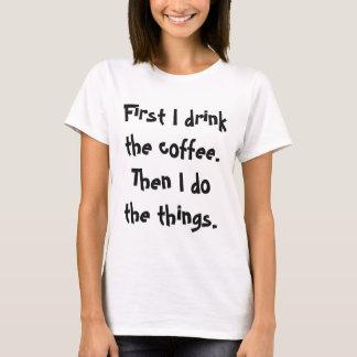 T-shirt D'abord je bois du café alors que je fais la pièce